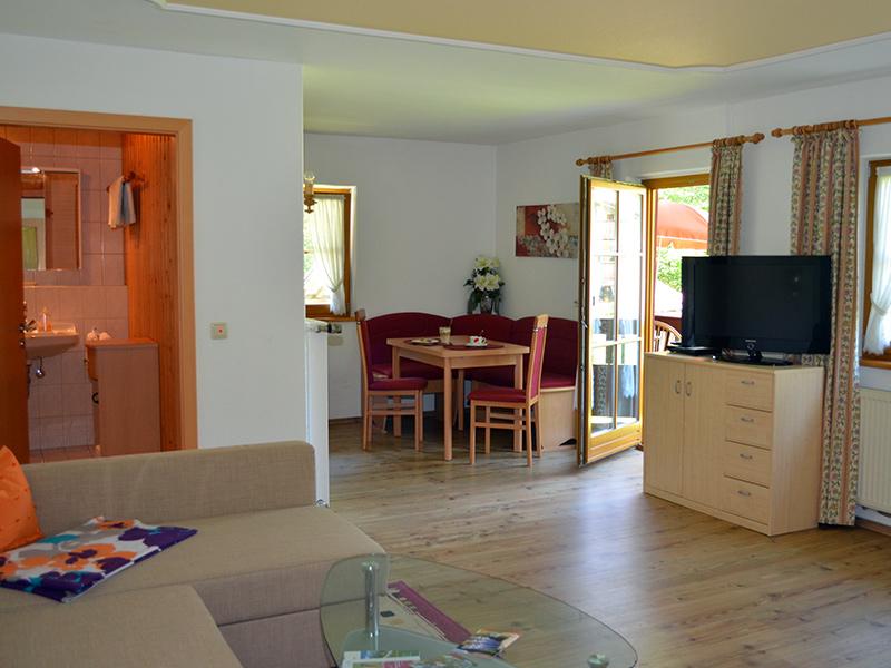 FeWo Bergblick - Großes Wohnzimmer mit Essecke